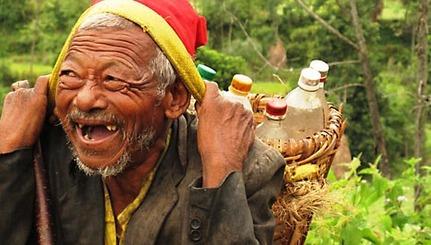 قصة وصورة ,,, - صفحة 5 1356672356happy-old-man-nepal